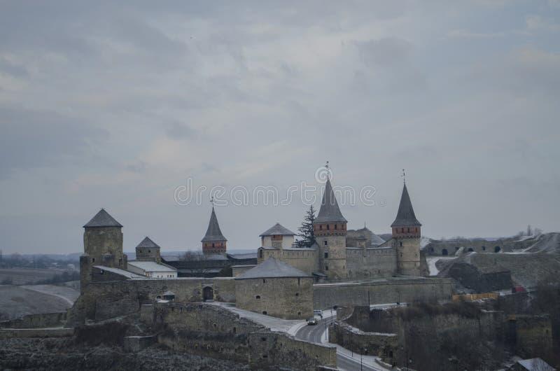 在Kamianets-Podilskyi镇附近的老Kamenetz波多利斯克堡垒 中世纪城堡古老美丽的景色在Kamenetz波多尔斯基, 免版税库存图片