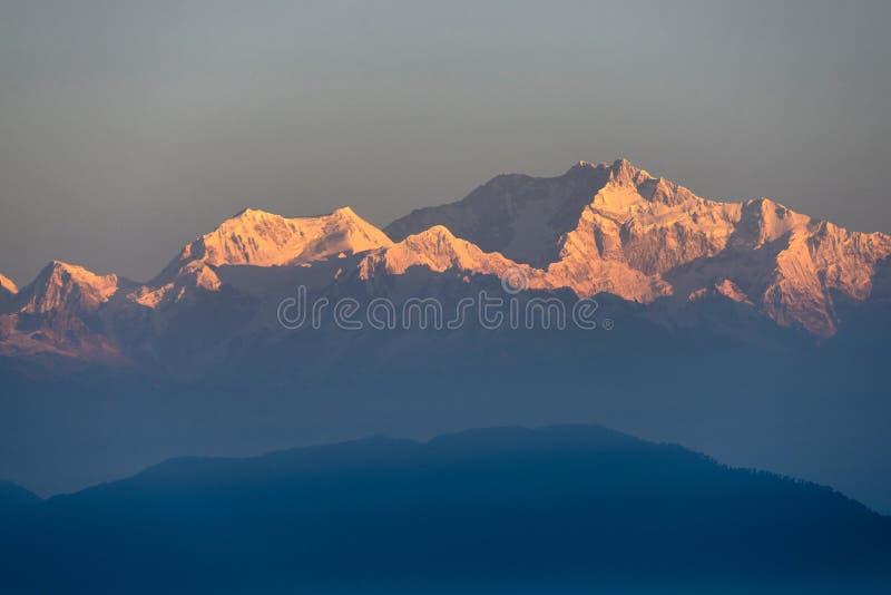 在Kanchenjunga峰顶,印度的第一光芒 库存照片