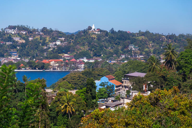 在Kandy湖和城市大厦的看法 图库摄影