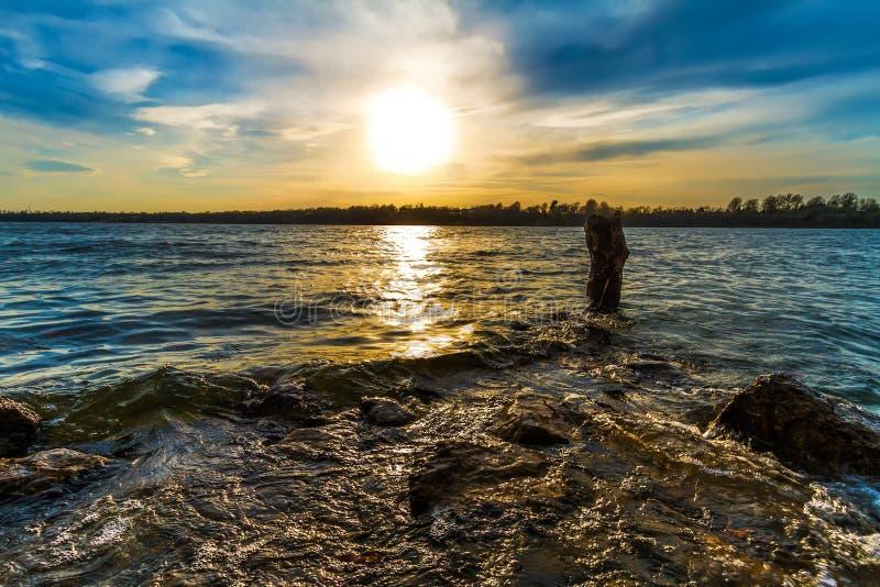 在Kansas City湖的日落 免版税库存照片