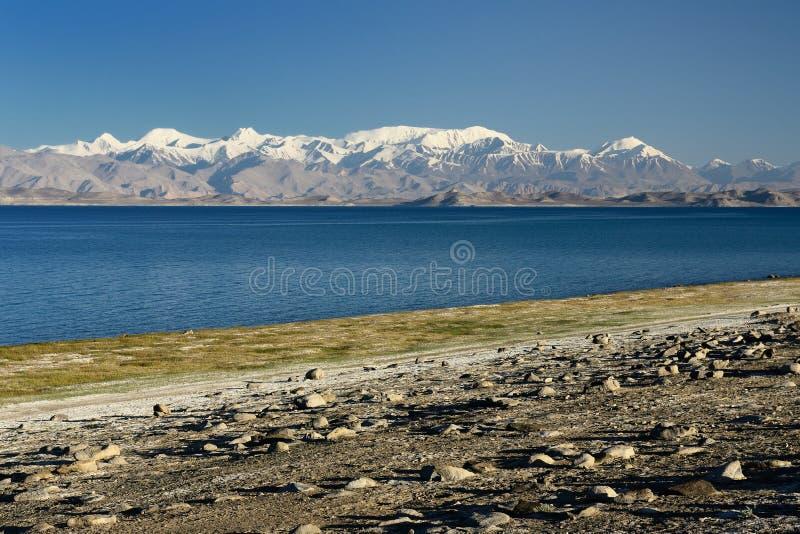 在Karakul湖的看法帕米尔高速公路的,塔吉克斯坦 免版税库存图片