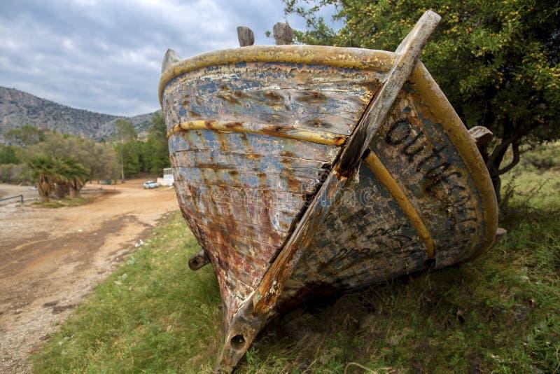 在Karathonas海滩的残破的小船  Karathonas -希腊惊人的海滩在纳夫普利翁市附近的 Karathonas是长的,含沙 免版税库存图片