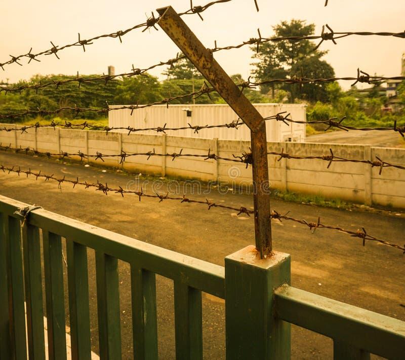 在Kariadi在三宝垄拍的综合医院照片的生锈的铁丝网篱芭印度尼西亚 库存图片