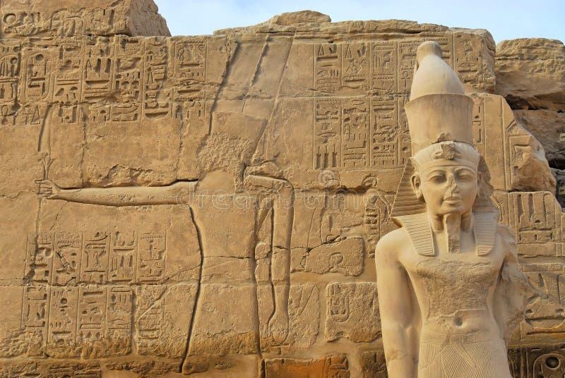 在Karnak的法老王雕象 库存图片