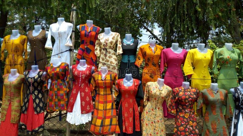 在Karol baug,巴罗达,印度的路边的五颜六色的夫人kurties 免版税库存照片