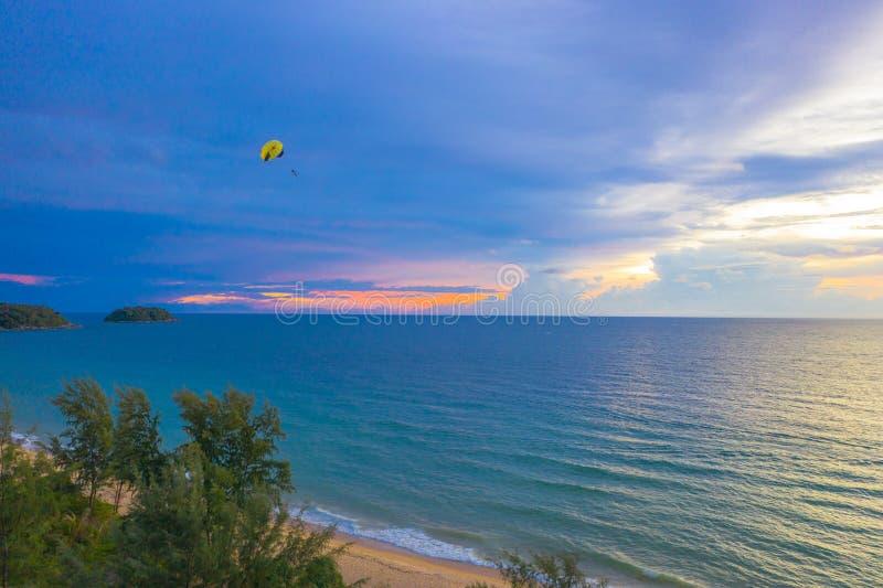 在Karon海滩普吉岛的鸟瞰图日落 库存图片