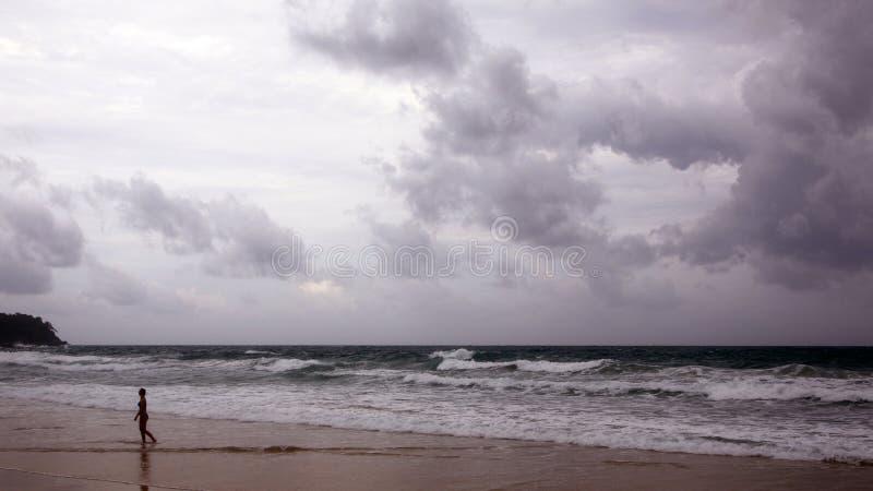 在Karon海滩的日落 在海的重的云彩 海浪捣岸 普吉岛,泰国 免版税库存图片
