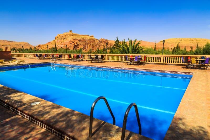 在kasbah Ait地图集mounta的本Haddou附近的游泳池 免版税库存照片