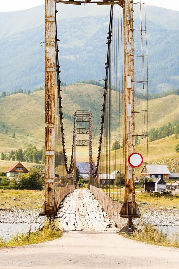 在Katun上的老吊桥 免版税库存图片
