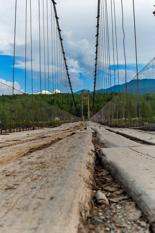 在Katun上的老吊桥 免版税库存照片