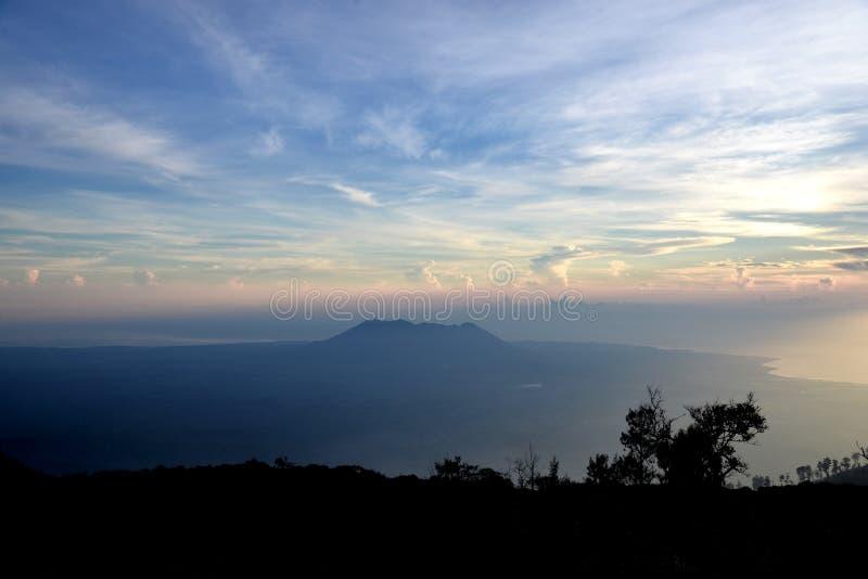 在Kawah伊真火山火山口的日出视图在东爪哇省,印度尼西亚 免版税库存照片