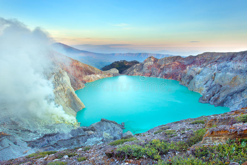 在Kawah伊真火山,全景的日出 免版税图库摄影
