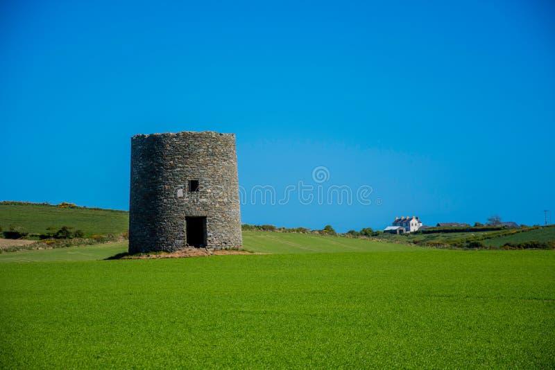 在Kearney,北爱尔兰第三的遗弃风车离开风景 免版税库存照片