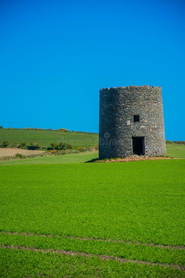 在Kearney 2,北爱尔兰第三的遗弃风车离开风景 免版税库存照片