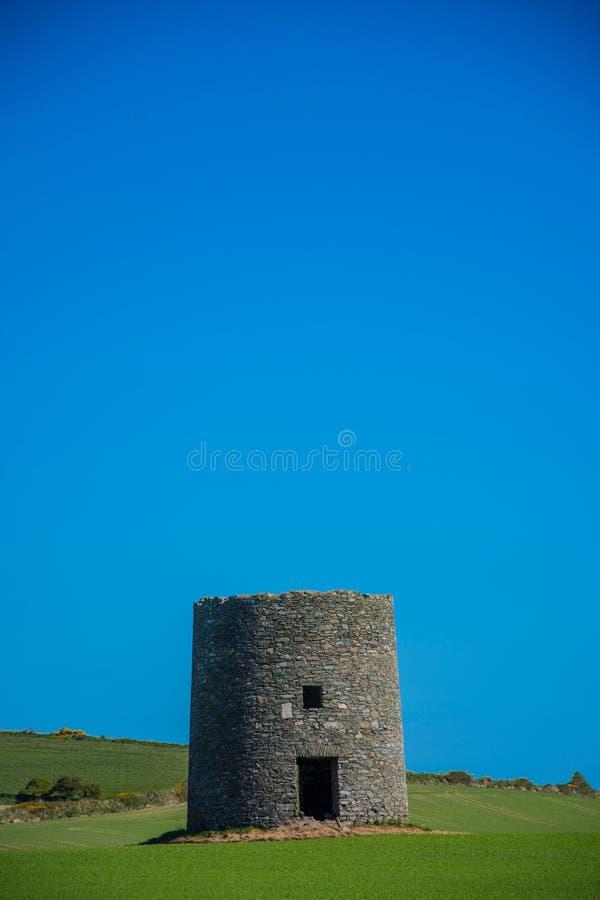 在Kearney 3,北爱尔兰第三的遗弃风车离开风景 免版税库存图片
