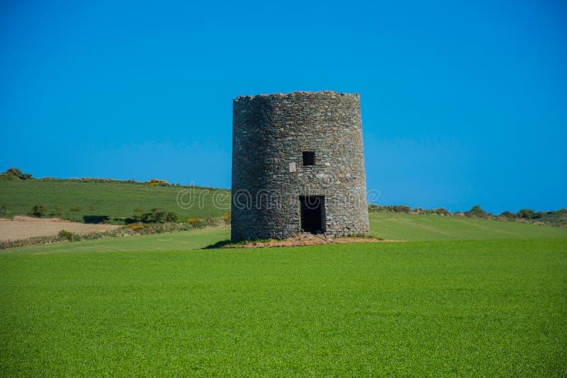 在Kearney 4,北爱尔兰第三的遗弃风车离开风景 免版税库存图片