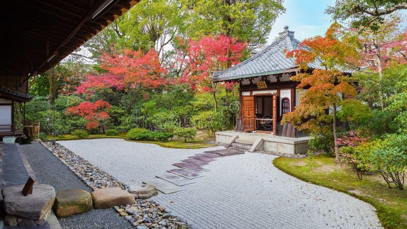 在Kennin籍寺庙的五颜六色的秋天在京都 免版税库存图片