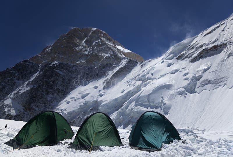 在Khan Tengri峰顶的北部表面的阵营2, Tian掸人山 免版税库存照片