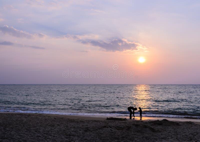 在Khao Lak海滩的五颜六色的日落在Phang Nga,泰国 库存图片