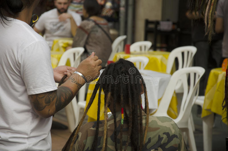 在Khaosan路的泰国人把编成辫子的头发 免版税库存照片