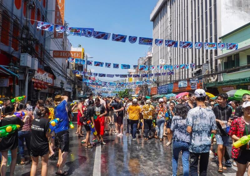 在Khaosan路的Songkran节日2018年4月13日在曼谷,泰国 库存照片