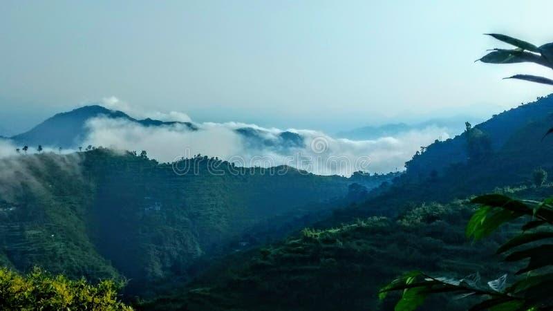 在khera goan rishikesh uttrakhand印度的美好的mountaits视图 图库摄影
