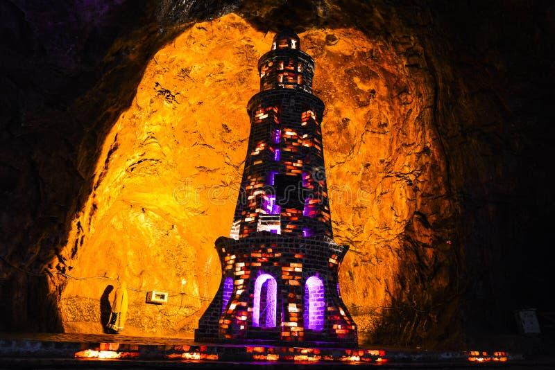 在Khewra矿里面的盐尖塔 免版税库存图片