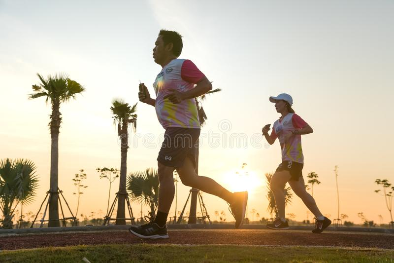 在Khonkaen微型马拉松期间的赛跑者赛跑 免版税库存照片