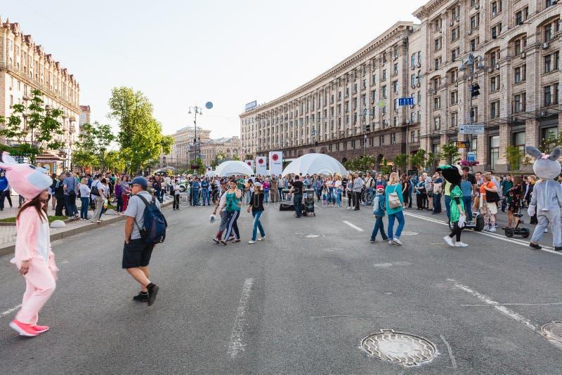在Khreshchatyk街道上的人们在步行区域 库存照片