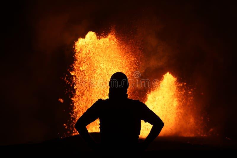 在Kilauea的火山爆发的熔岩喷泉的前面Selfie 免版税库存图片