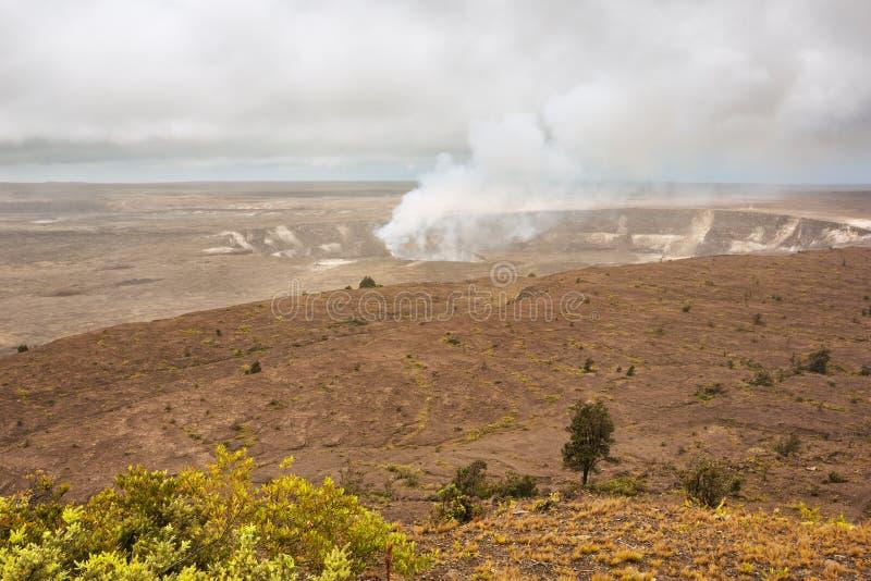 在Kilauea破火山口的抽烟的Halema趾缘蜥类u火山口 免版税库存照片
