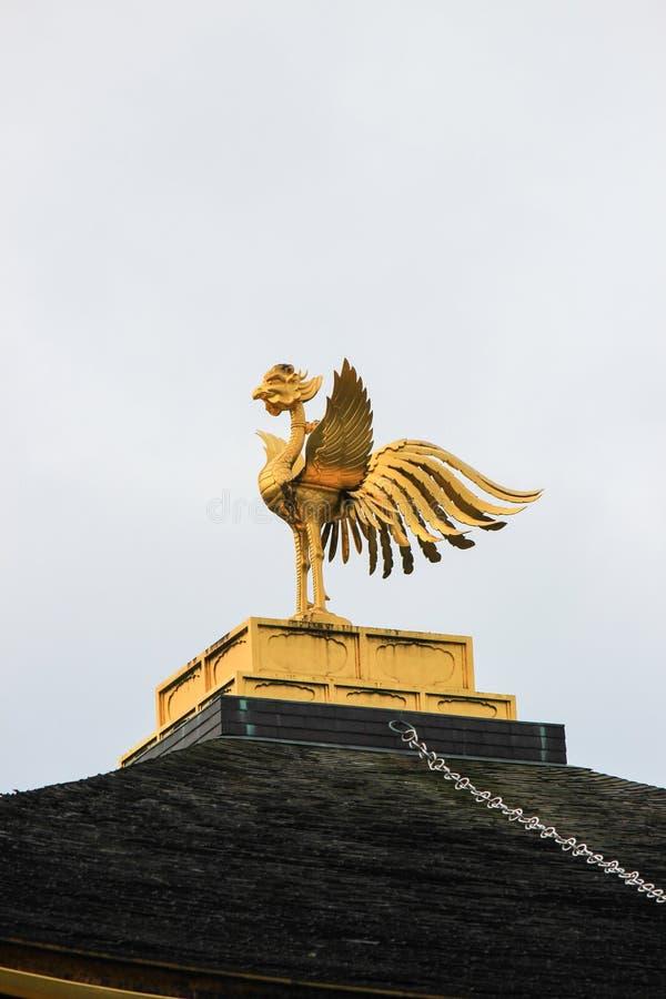 在Kinkakuji寺庙(金黄亭子)的屋顶装饰品 库存图片