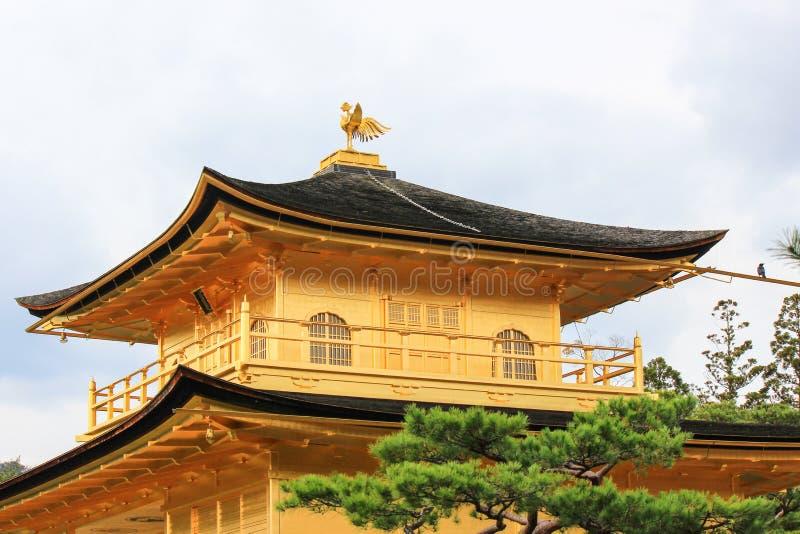 在Kinkakuji寺庙(金黄亭子)的屋顶装饰品 库存照片