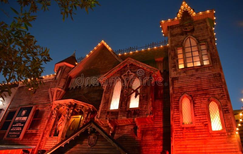 在Kissimmee奥尔德敦的鬼屋吸引力在晚上 库存图片