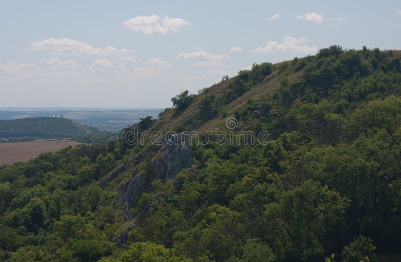 在Klentnice附近的小山和在米库洛夫附近的斯瓦迪Kopecek背景的在捷克 免版税库存照片