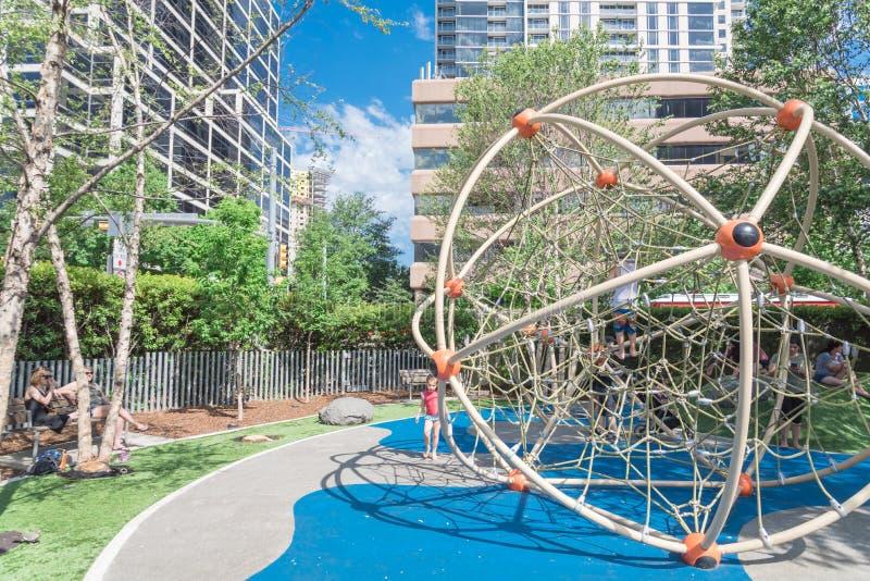 在Klyde沃伦公园的儿童地区在街市达拉斯,得克萨斯 库存照片