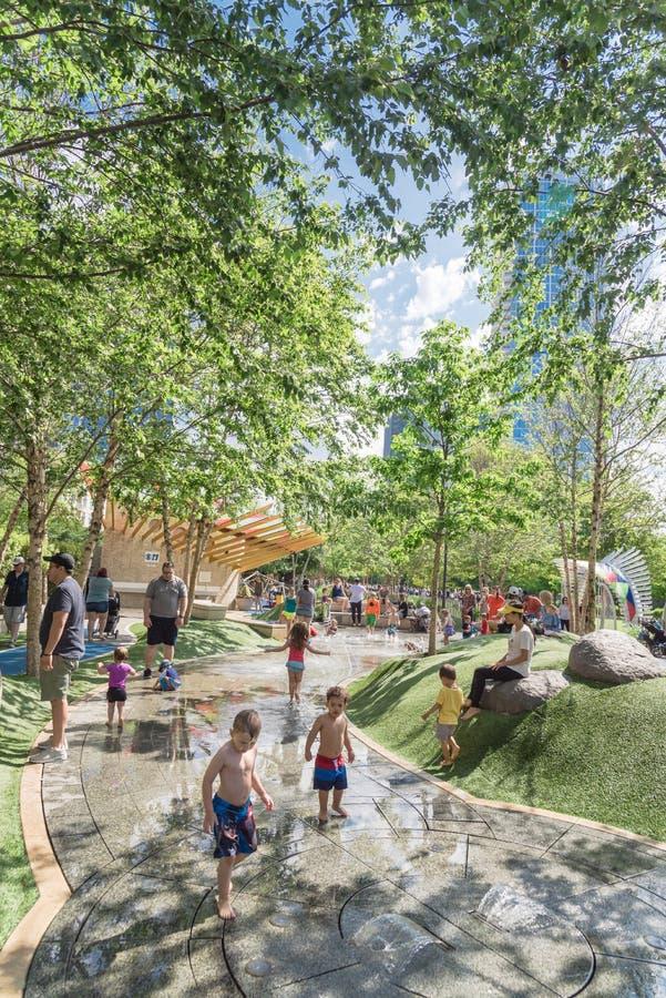 在Klyde沃伦公园的儿童地区在街市达拉斯,得克萨斯 库存图片