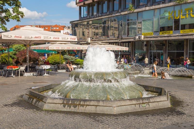 在Kneza Mihaila街道上的喷泉在贝尔格莱德,塞尔维亚的中心 免版税库存图片