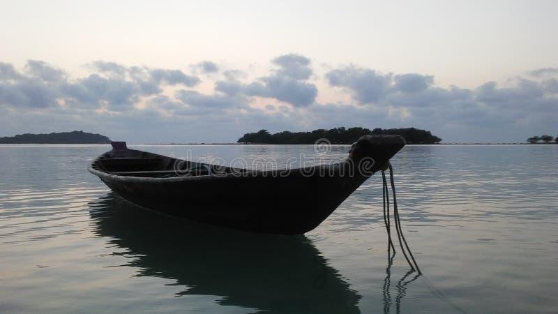 在Ko Na Thian前面的小船和Ko席子在日出期间的郎海岛在酸值苏梅岛海岛,泰国上 免版税图库摄影