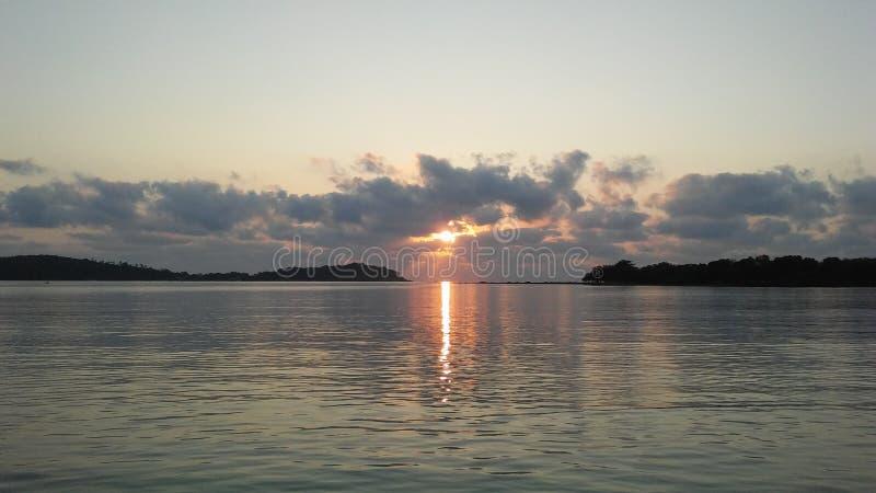 在Ko Na Thian前面的小船和Ko席子在日出期间的郎海岛在酸值苏梅岛海岛,泰国上 库存照片