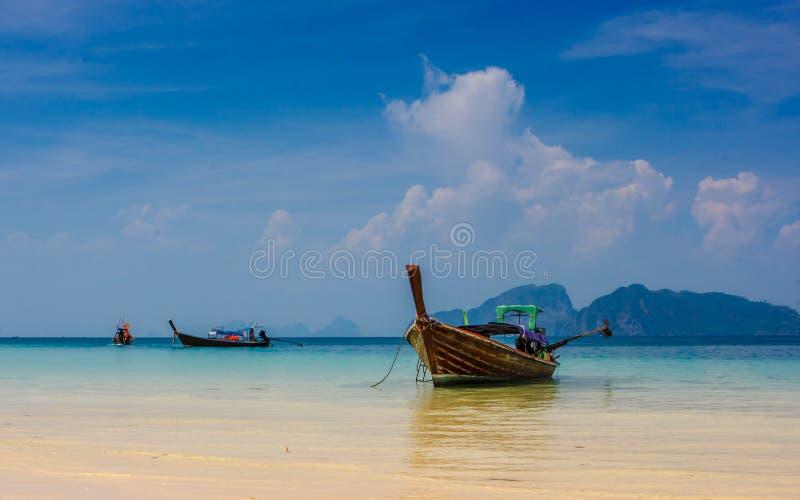 在Ko Ngai,酸值朗塔,泰国海滩的传统泰国longtail小船  图库摄影