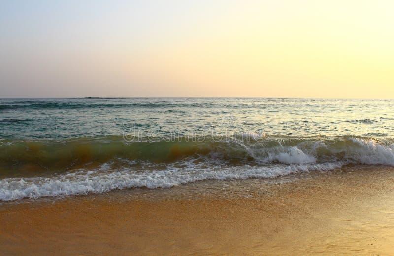 在Koggala海滩的米波浪 库存照片