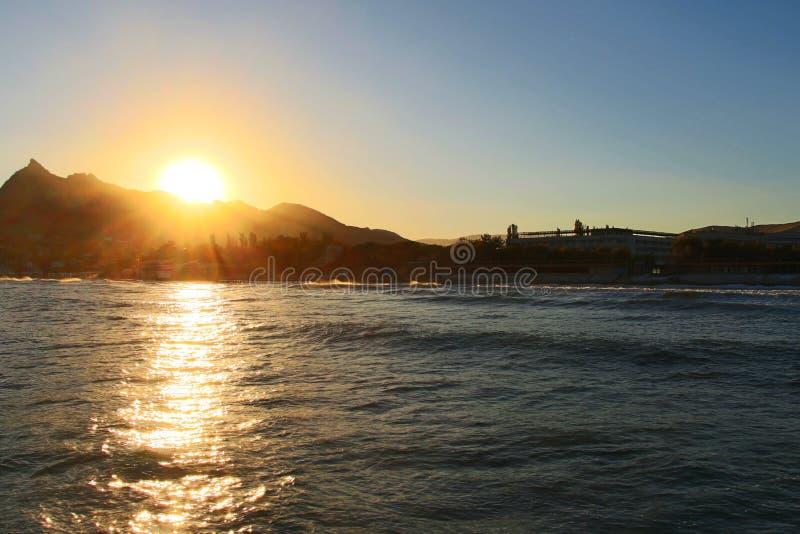 在Koktebel上的日落在克里米亚 免版税库存照片