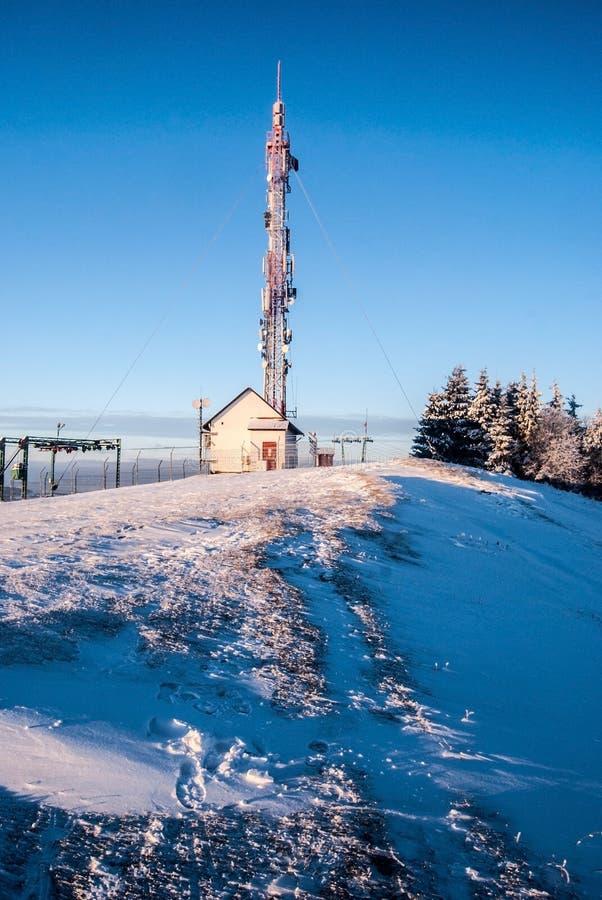 在Koniakow村庄上的Ochodzita小山西莱亚西Beskids山的在波兰早晨与清楚的天空的冬天 免版税库存照片