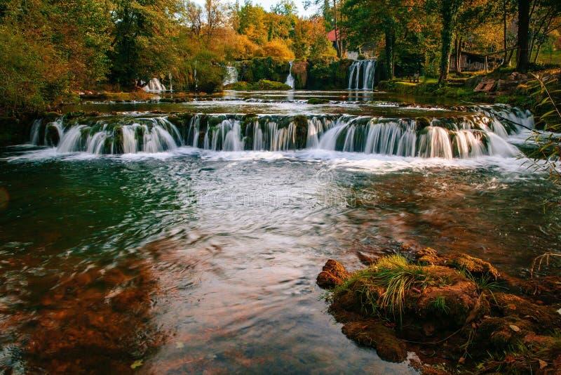 在Korana河峡谷的瀑布在Rastoke村庄  斯卢尼在克罗地亚 免版税库存图片