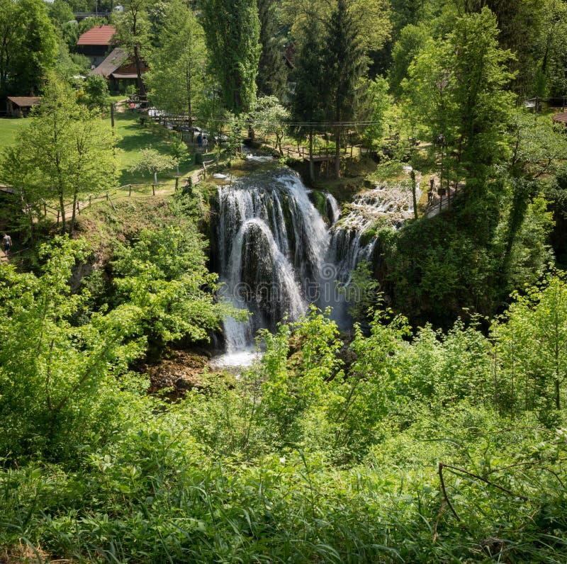 在Korana河的瀑布在Rastoke村庄  在斯卢尼附近在克罗地亚 免版税库存图片