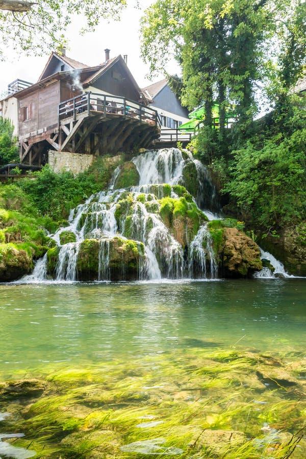 在Korana河的瀑布在Rastoke村庄  在斯卢尼附近在克罗地亚 库存照片
