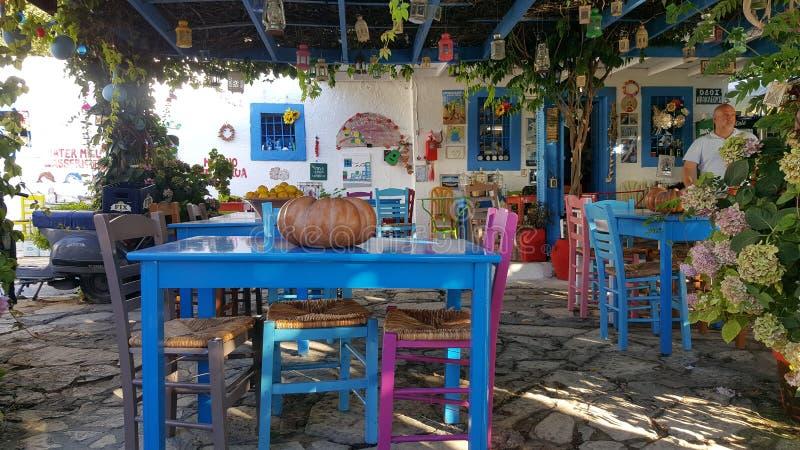 在Kos,希腊海岛上的五颜六色的希腊小酒馆  库存照片