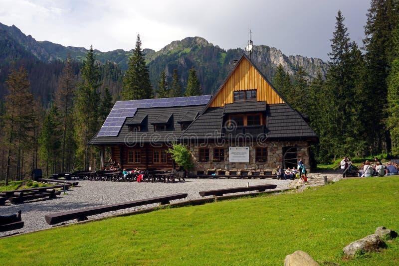 在Koscieliska谷,塔特拉山脉,波兰的山避难所 免版税图库摄影