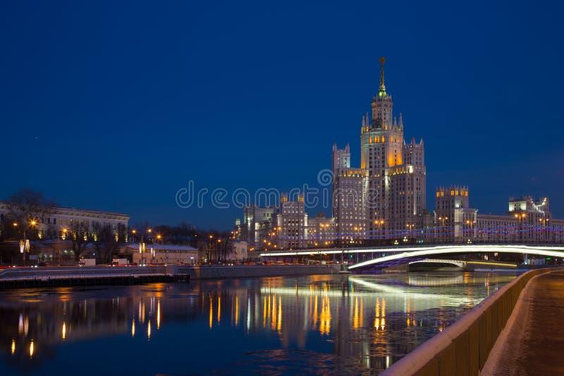 在Kotelnicheskaya堤防在夜照明,莫斯科的高层建筑物 免版税图库摄影